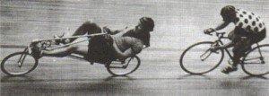 Francis Fauré devancant les vélos droits