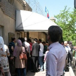 Queue devant l'ambassade de France en IRAN
