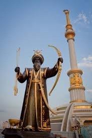 Achgabat l'archer turkmème devant le monument de l'indépendance 02