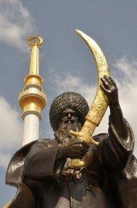 Achgabat  le sabreur turkmème devant le monument de l'indépendance 01