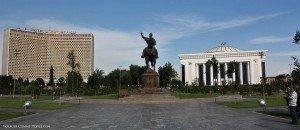 Amir Timur (Tamerlan) 0( Hôtet Ouzbékistan et palais des congrès sur la droitesquare