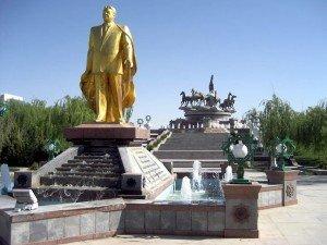 Statue en or de Niyazov devant la place aux chevaux Achgabat