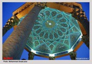 Tombeau d'Hafez la nuit avec plafond en gros plan