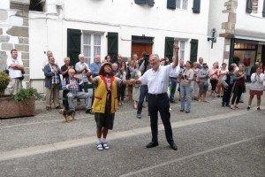 Arrive de Luo Weixiao à Espelette 03 avec André DARRIDOU à Espelette devant la mairie