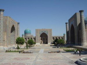 Madrasah Registan sur la droite