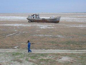 Mer d'Aral 04 bateau abandonné dans l'assèchement de la mer