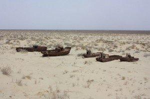Mer d'Aral 05 bateaux abandonnés dans l'assèchement de la mer