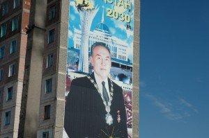 poster de Noursoultan Nazarbaïev sur un immeuble en ville