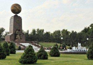 Tachkent place de l'indépendance 09 monument et globe terrzstre