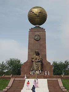 Tachkent place de l'indépendance 10  monument et globe terrestre