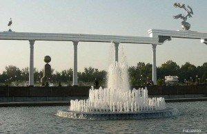 Tachkent place de l'indépendance 12  monument et globe terrestre