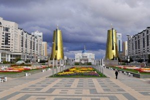 Astana avec ses deux tours mtalliques et Ak Orda avec son dôme Bleu 02
