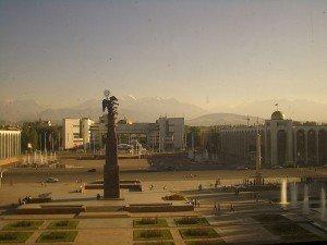 Bishkek Ala Too parc avec le monument Erkindic fr la libération 01