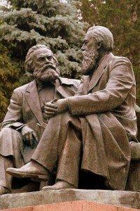 Bishkek dans Oak-park -le parc des chênes - statue de Marxs et Engels discutant 02