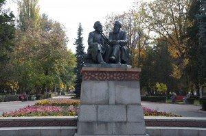 Bishkek dans Oak-park -le parc des chênes - statue de Marxs et Engels discutant