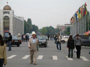 Bishkek - homme avec son Ak-Alpak 02