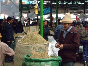 Bishkek -  hommes avec leurs Ak-Alpak au marché 03