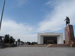 Bishkek La statue de Manas   devant le musée historique de l'état   01