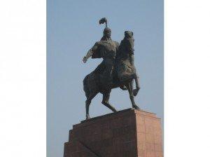 Bishkek La statue de Manas sur la place principale      02