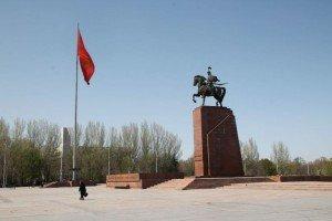 Bishkek La statue de Manas sur la place principale      04