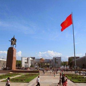 Bishkek La statue de Manas sur la place principale      05