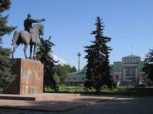 Bishkek La statue de Mikhail Frunze commandant de l'armée rouge sous Lénine devant la garefull moon 02