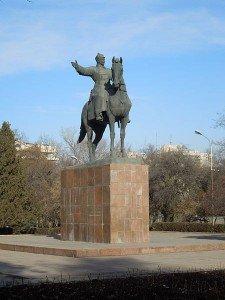 Bishkek La statue de Mikhail Frunze commandant de l'armée rouge sous Lénine pr_s de la garefull moon 02