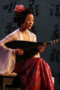Bishkek -  musicienne accompagnant un manaschï  Talantaaly Bakchiev 01