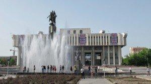 Bishkek statue de Manas devaant le théâtre National 09