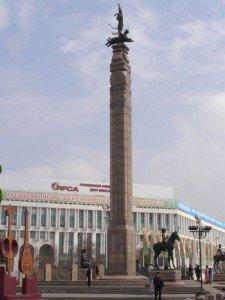 Almaty - l'homme d'or en face du Palais  monument de l'Indépendance 03