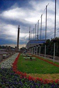 Almaty statue de l'hoome d'or en face du palais vu de côté   01