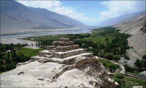 stupa de Vrang avec la Panj river en arrière plan