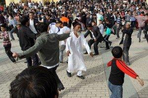 Mosquée Id Kah de Kashgar 06 dernier jour du Ramadan danse sur le parvis