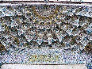 Muqarnas du plafond d'entrée de la mosquée Vakil de Chiraz (Iran).