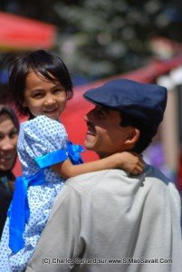 casquette Ouïghour 02 Un père Ouïghour et sa fille sa casquette ressemble à celle de nos grands pères