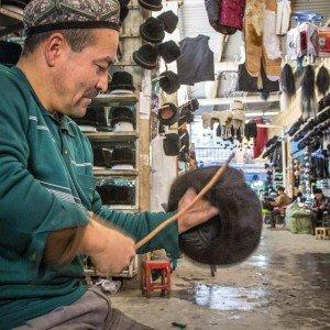 Laurent au Bazar de Kashgar devant un marchand de toques de fourrure 21 nov 2014