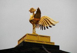 Le pavillon d'or à Kyoto Kinkakuji détail Le phénix chinois fenghuang au faîte du toit