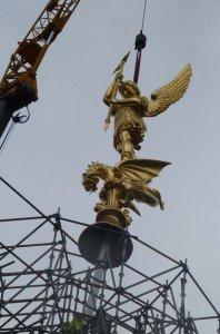 Statue de l'archange St Michel de 10 m de haut qui retrouve sa place le 30 septembre 2013